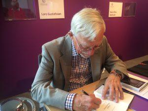 Lars Gustafsson signerar min bok Bokmässan oktober 2015